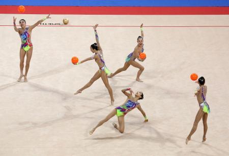 新体操のW杯ソフィア大会、団体の種目別決勝で銀メダルを獲得した日本のボール=28日、ソフィア(ロイター=共同)