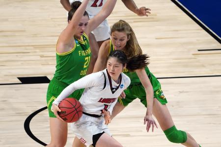 全米大学バスケのオレゴン大戦で競り合うルイビル大の今野紀花=28日、サンアントニオ(USAトゥデー・ロイター=共同)