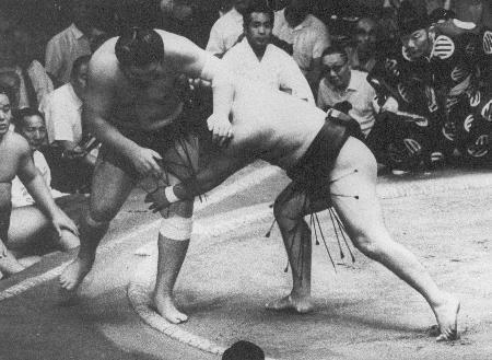 1969年9月、大相撲秋場所で大鵬を押し出しで破った前乃山(当時)=蔵前国技館