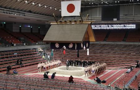20年3月、史上初めて無観客で開催された大相撲春場所の千秋楽。全取組終了後に協会あいさつが実施された=エディオンアリーナ大阪