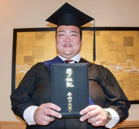 早稲田大大学院の学位記を授与された大相撲の荒磯親方=29日午後、東京都内