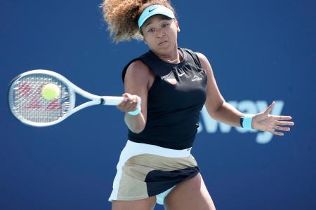 テニスのマイアミ・オープン女子シングルス4回戦でリターンする大坂なおみ=29日、マイアミ(AP=共同)