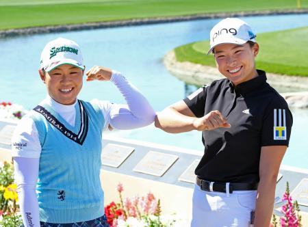 練習ラウンドを終え、ポーズをとる畑岡奈紗(左)と渋野日向子=ミッションヒルズCC(共同)