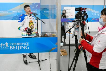 北京冬季五輪の氷上競技のテスト大会が始まり、アイスホッケー会場の取材エリアに設置された透明な板=1日、北京(共同)