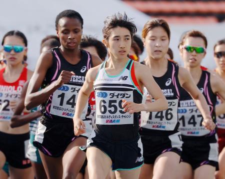 女子3000メートル(タイムレース) 8分57秒27で1位となった田中希実(手前)=駒沢陸上競技場