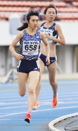 女子1500メートル(タイムレース) 4分13秒09で1位となった田中希実。右奥は2位の卜部蘭=駒沢陸上競技場