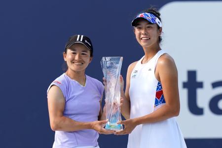 テニスのマイアミ・オープン女子ダブルスで優勝し、トロフィーを手にする青山修子(左)と柴原瑛菜=4日、米マイアミ(AP=共同)