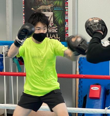 東京都内からオンラインで報道陣に練習を公開した寺地拳四朗(三迫ジム提供)