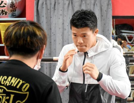 復帰戦に向けた練習を公開した亀田和毅=大阪市の「3150ファイトクラブ」