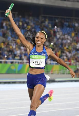リオデジャネイロ五輪の女子1600メートルリレーでゴールするアリソン・フェリックス=2016年8月