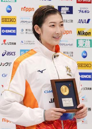 女子100メートル自由形で優勝し、メダルを手に笑顔の池江璃花子=東京アクアティクスセンター