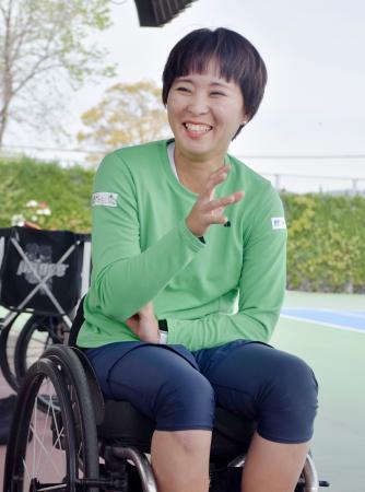 取材に応じる車いすテニス女子の大谷桃子=8日、佐賀市
