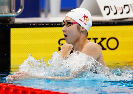 女子50メートル自由形予選のレースを終え、引き揚げる池江璃花子=東京アクアティクスセンター
