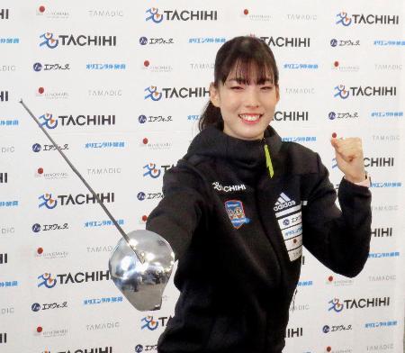 プロ転向を表明し、ポーズをとるフェンシング女子サーブルの江村美咲=9日、東京都内