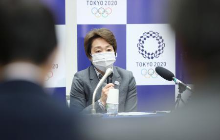 記者の質問に答える東京五輪・パラリンピック組織委の橋本聖子会長=9日午後、東京都中央区(代表撮影)