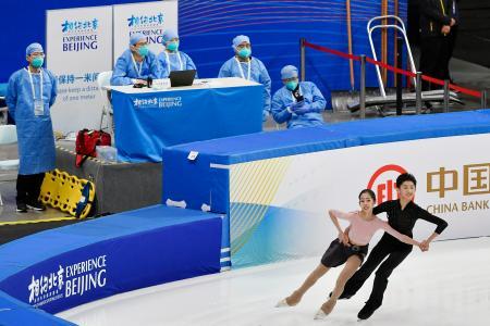 北京冬季五輪のフィギュアスケートのテスト大会が行われた会場で、防護服姿で待機する医療関係者ら=3日、北京(共同)