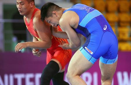 男子グレコローマン77キロ級準決勝 中国選手(左)を攻める屋比久翔平=アルマトイ(保高幸子氏撮影・共同)