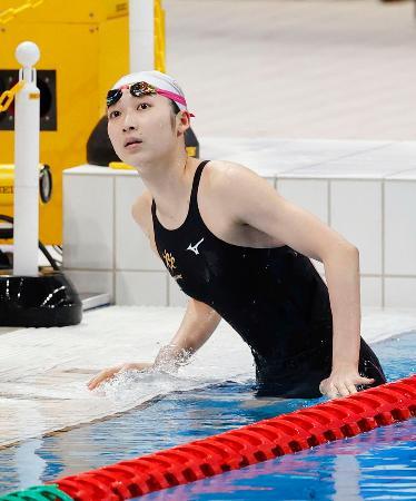 女子50メートルバタフライ予選のレースを終え、タイムを確認する池江璃花子=東京アクアティクスセンター