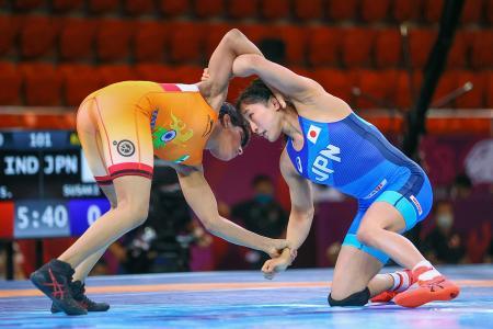 女子50キロ級 インド選手(左)と対戦する須崎優衣=アルマトイ(共同)