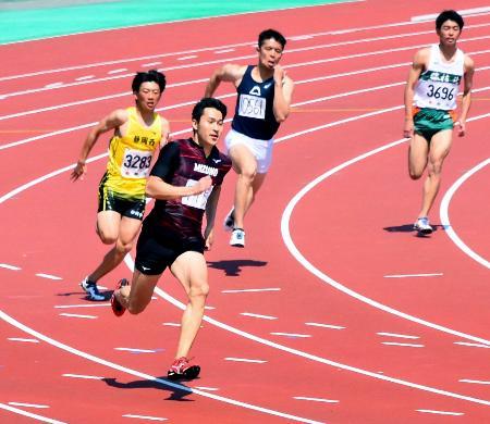 陸上静岡県中部選手権の男子200メートル準決勝で20秒52をマークした飯塚翔太(左から2人目)=静岡県草薙総合運動場陸上競技場