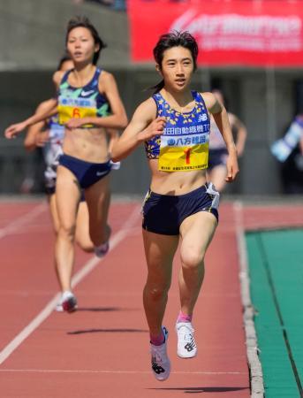 女子1500メートル 4分9秒31で優勝した田中希実。左奥は2位の卜部蘭=熊本市