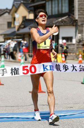男子50キロ 3時間38分42秒で優勝し、東京五輪代表に決まった丸尾知司=石川県輪島市