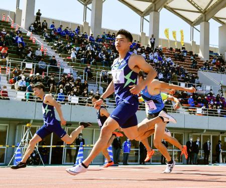 男子100メートル決勝 10秒04(追い風参考)で優勝した小池祐貴(手前)。左端は2位の多田修平=島根県立浜山公園陸上競技場