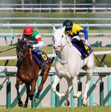 桜花賞を制したソダシ(右)=阪神競馬場