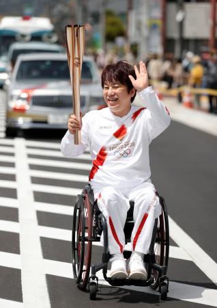 聖火ランナーを務める根木慎志さん=12日午前、奈良県大和高田市