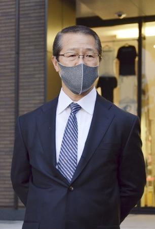 報道陣の取材に応じる香川政夫氏=9日