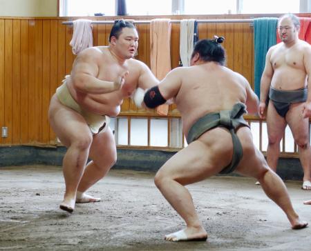 高砂部屋で稽古をする朝乃山(左)=東京都墨田区(代表撮影)