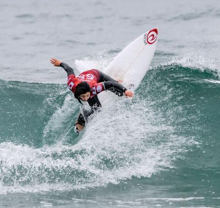 サーフィンCTデビューを果たし、予選で競技する都筑有夢路=ナラビーン((C)WSL・共同)