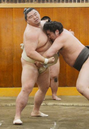 稽古で汗を流す正代(左)=東京都墨田区の時津風部屋(代表撮影)