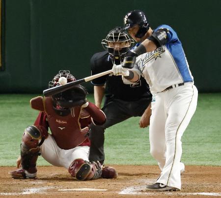 6回日本ハム2死、中田が左越えにこの試合2本目の本塁打を放つ。捕手太田=東京ドーム