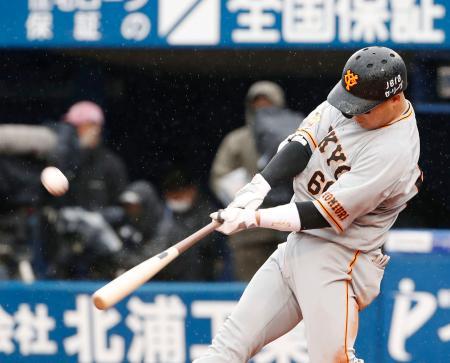 6回巨人2死一、三塁、香月が右越えに3ランを放つ=横浜