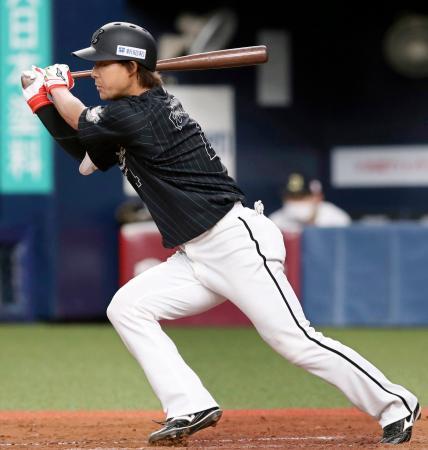 4回ロッテ2死満塁、藤岡が先制の二塁内野安打を放つ=京セラドーム