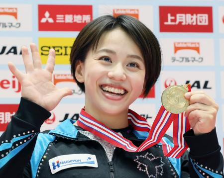 女子個人総合で2年連続5度目の日本一に輝いた村上茉愛=高崎アリーナ(代表撮影)
