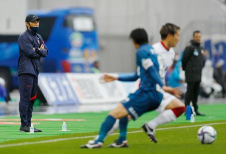 徳島―鹿島 後半、試合を見守る鹿島・相馬監督(左端)=ポカリ