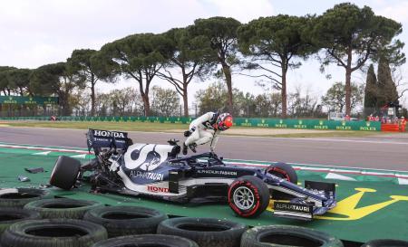 自動車のF1シリーズ第2戦、エミリアロマーニャGP予選でクラッシュし、マシンから降りる角田裕毅=イモラ(ゲッティ=共同)