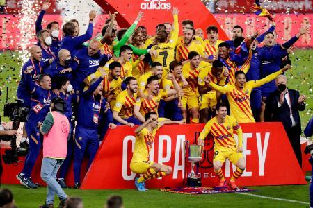 優勝を喜ぶバルセロナの選手ら=17日、セビリア(ゲッティ=共同)