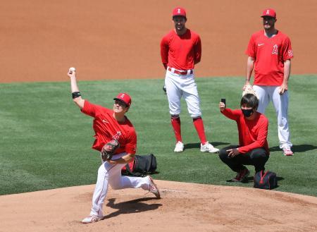 マウンドで投球練習するエンゼルス・大谷=アナハイム(共同)