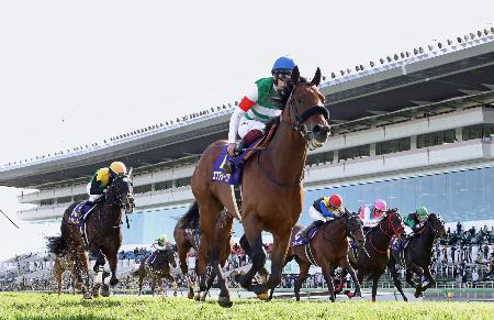 第81回皐月賞を制したエフフォーリア(中央)=中山競馬場