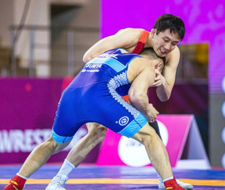 男子フリー74キロ級 初戦でモンゴル選手と対戦する乙黒圭祐=アルマトイ(保高幸子氏撮影・共同)