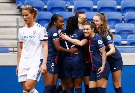 サッカー女子の欧州チャンピオンズリーグ準々決勝を制し、喜ぶパリ・サンジェルマンの選手たち=18日、リヨン(ロイター=共同)