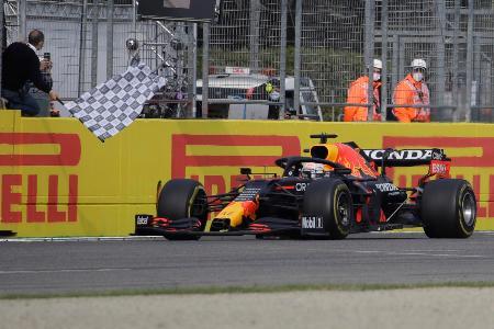 F1エミリアロマーニャGP、1位でチェッカーフラッグを受けるレッドブル・ホンダのマックス・フェルスタッペン=18日、イモラ(AP=共同)