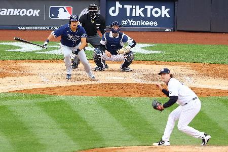 ヤンキース戦の七回、二塁打を放つレイズの筒香嘉智=18日、ニューヨーク(ゲッティ=共同)