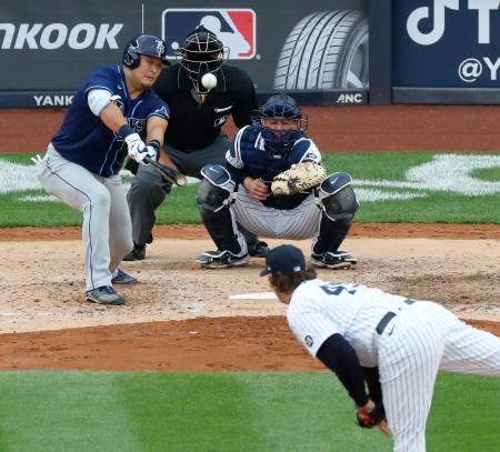 ヤンキース戦の7回、コールから決勝の適時二塁打を放つレイズ・筒香=ニューヨーク(共同)