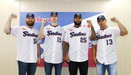 ヤクルトへの入団会見を終え、写真に納まる(左から)サイスニード、バンデンハーク、サンタナ、オスナ=19日、東京都内の球団事務所