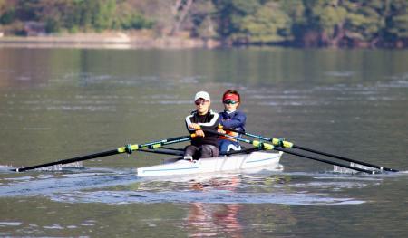 ボートの日本代表チームの強化合宿で、ダブルスカルの練習をする大石綾美(手前)と冨田千愛=20日、福井県内