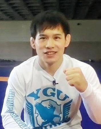 オンラインで取材に応じ、ポーズをとるレスリング男子フリースタイル57キロ級の高橋侑希=21日